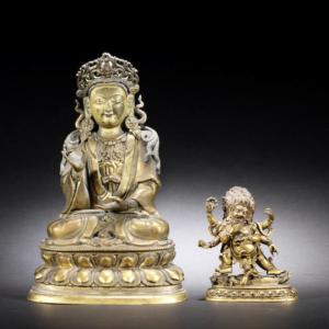 Figura de bronce dorado de Guanyin y una pequeña figura de Mahakala